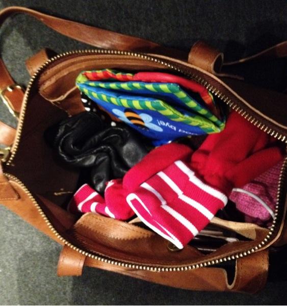 Annorlunda packning numer. En prasslig barnbok har smugit sig ner i finaste Emma-väskan från PAP
