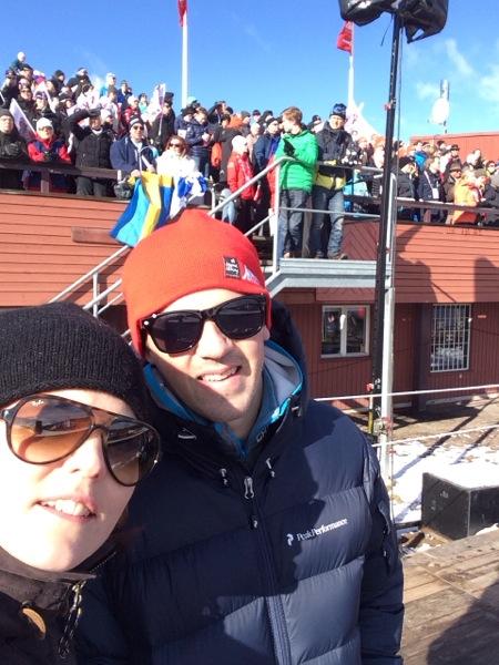 En selfie från åskådarplats på för-VM. Ser ni kungen på läktaren bakom oss? Ledtråd: Jägarhatt och solglasögon!