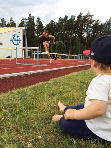 Körde lite häckkoordinationer innan sprintloppen. Farten fortfarande såpass låg att Majken hinner se mig (och Klas fånga mig på bild).