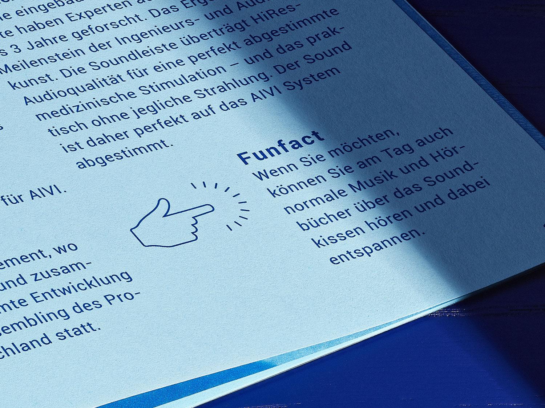 Grusskarte in Königsblau mit rotem Stempel auf Marmor und kleinen Kastanien Samen.