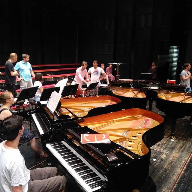 In einer Stunde Konzert im Gasteig in München! Vier Steinways auf einer Bühne. Was für ein schöner Anblick!  #stravinsky #lesnoces #klaviervier #gasteig