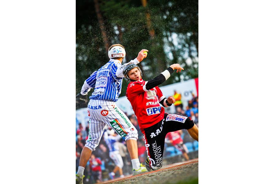 Kakkospesälle palanut Joensuun Mailan Tuomas Jussilla antoi hiekan lentää. © Joona-Pekka Hirvonen