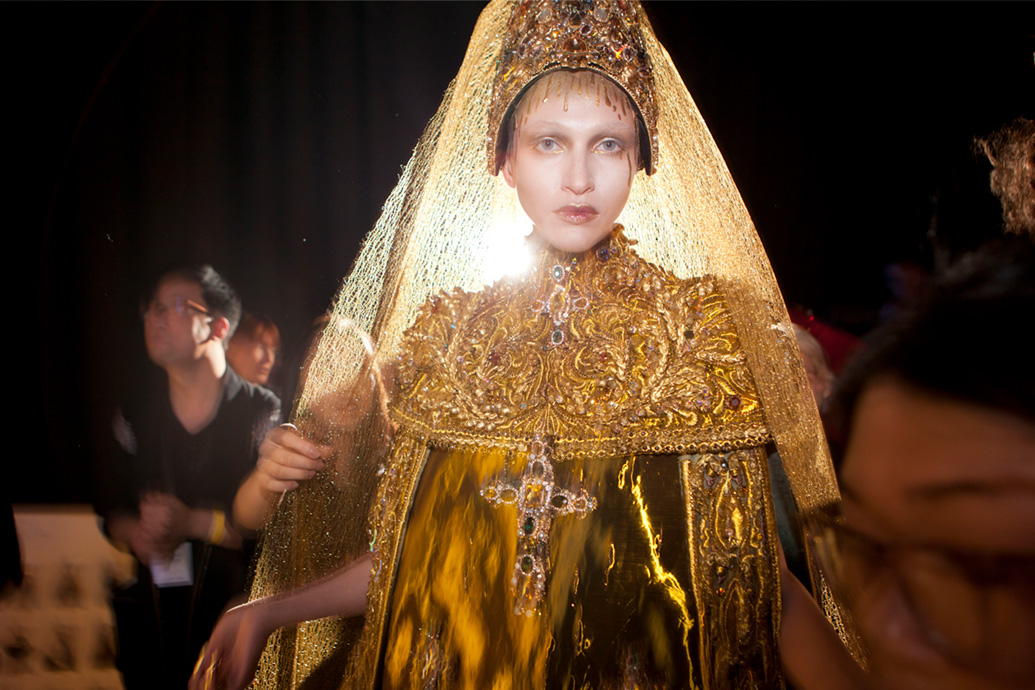 YELLOW-IS-FORBIDDEN-'Legend'-collection-backstage,-Paris-Haute-Couture-week-Jan-2017-15,-photo-Courtesy-Guo-Pei.jpg