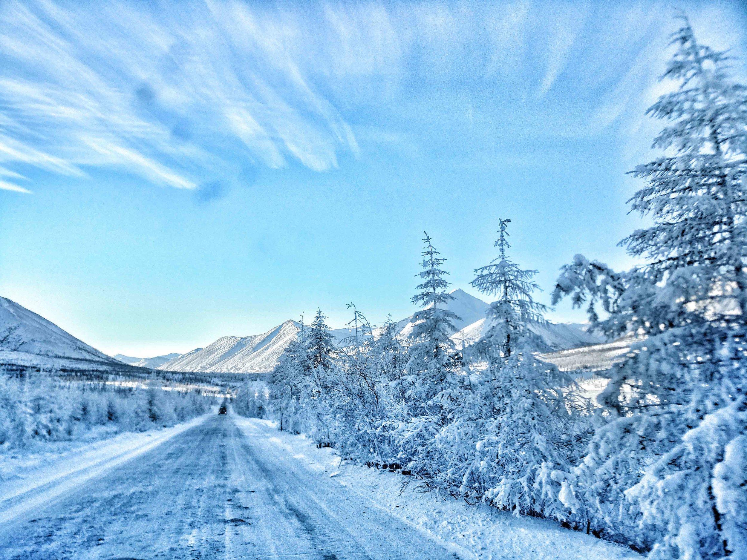 La Route bleue des Ames      Dans le nord-est de la Russie, on a un jour, dans les années 1930, voulu tracer un trait dans le blanc. Une route devant relier un nulle part – la ville de Magadan, tout juste fondée par les prisonniers du Goulag au bord de la mer d'Okhotsk, cette « île » comme elle a longtemps été surnommée –au continent russe. Une route qui servirait à désenclaver la région, exploiter et acheminer vers l'ouest, par la Iakoutie, les formidables trésors de son sol : or, argent, étain, uranium, bois.      A lire en ligne, grand format:https://www.lecourrierderussie.com/grand-format/route-bleue-ames/