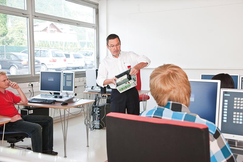 pic_trainingroom_teacher2.png