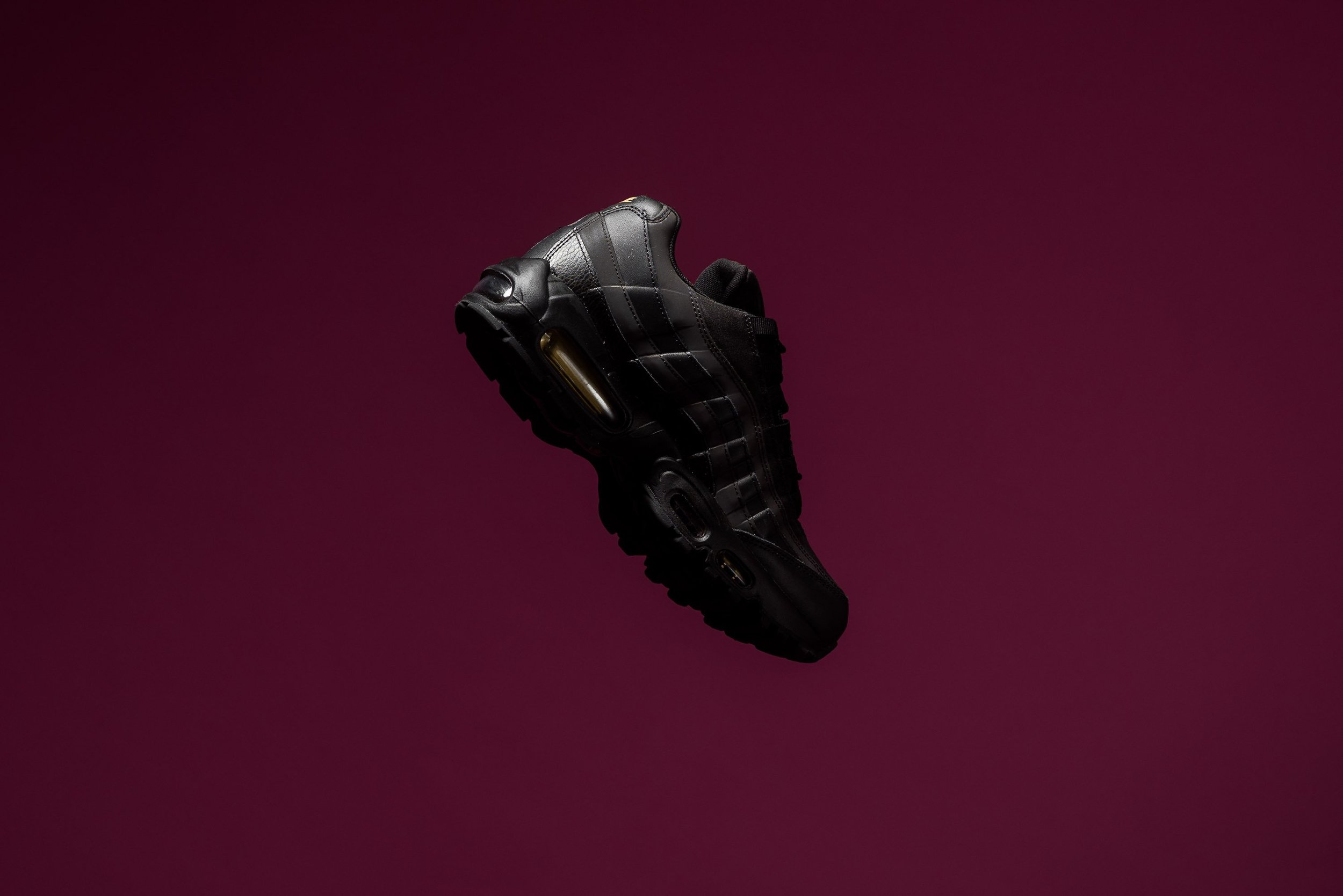 Nike_Air_Max_95_Premium_SE_Black_Metallic_Gold_924478_003_Sneaker_POlitics_-2.jpg