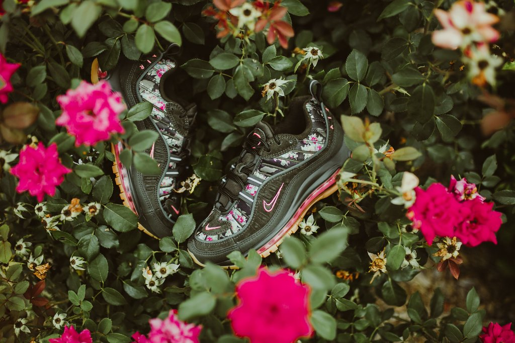 Nike-wmnsAirMax98-sequoiaMetallicBlk_3_1024x1024.jpg
