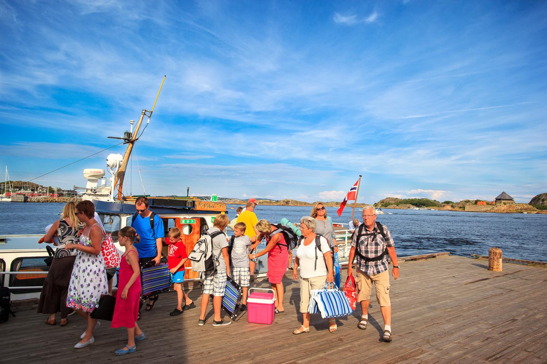 Fra Stavern kan du om sommeren ta rutebåt ut til Svenner fyr. Her er det gjeng badegjester som ankommer Stavern etter en lang solskinnsdag på Svenner. Sjekk www.svenner.info eller 913 70570 for rutetider.