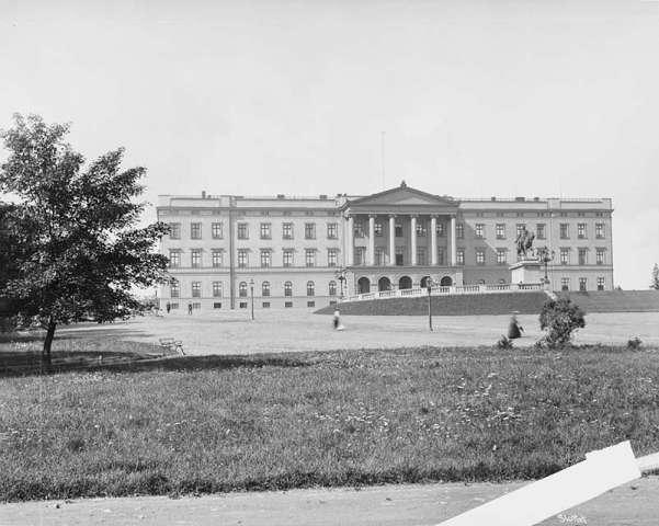 Slottet 1890. Slottet stod ferdig i 1849 og ble bare brukt i perioder av de svenske unionskongene. Da kong Haakon 7 og dronning Maud ankom Norge 25. november 1905, flyttet de inn i en bygning i delvis forfall. Fotografert i 1890 av Axel Lindahl (1841-1906).