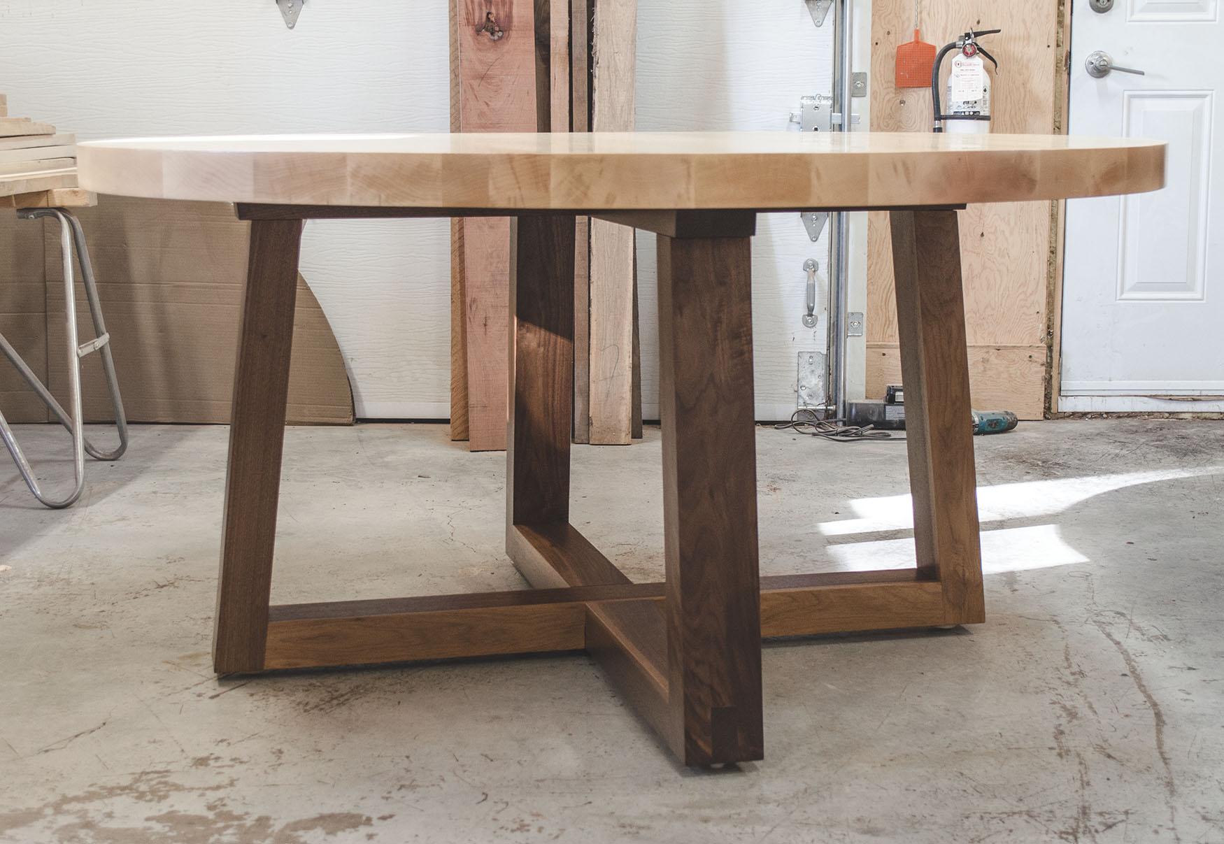 Table de cuisine en bois avec piétement design