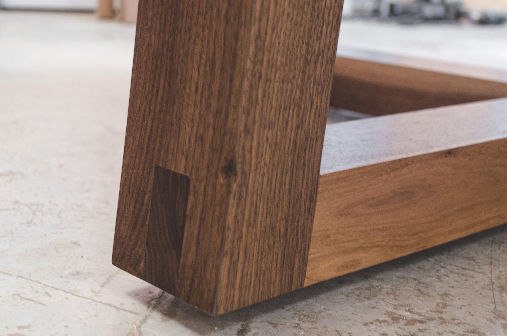 Pied de table en bois massif
