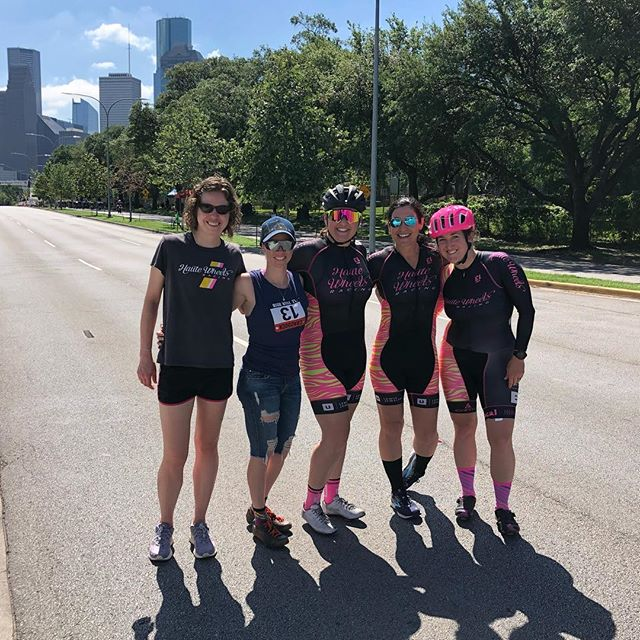 Haute Wheels Racing had a blast racing and cheering at Houston Grand Crit, one of our favorite events of the year. 💖💖💖 What a gorgeous day to race in downtown HTX! Thank you, @bikebarntx and @rc6614 Tile Roofs of Texas!!