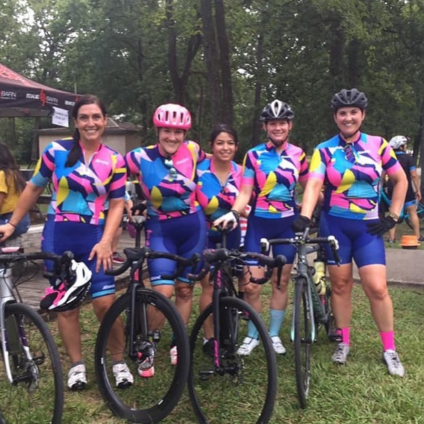 Haute Wheels Racing loves summer crits! This squad was out tonight at Memorial Park Crits, and tomorrow (and next Thursday) Houston folks race for 1/2 off at @drivewayseries in Austin. Bikereg discount code: 2019hautewheels #womenscycling #squad #hautewheelsracing #bikes #critlife #racing