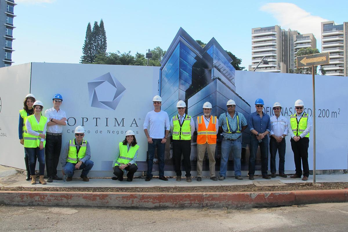 Frente a terreno de proyecto: Activa (empresa desarrolladora) Studio Domus (diseño arquitectónico) y constructores.