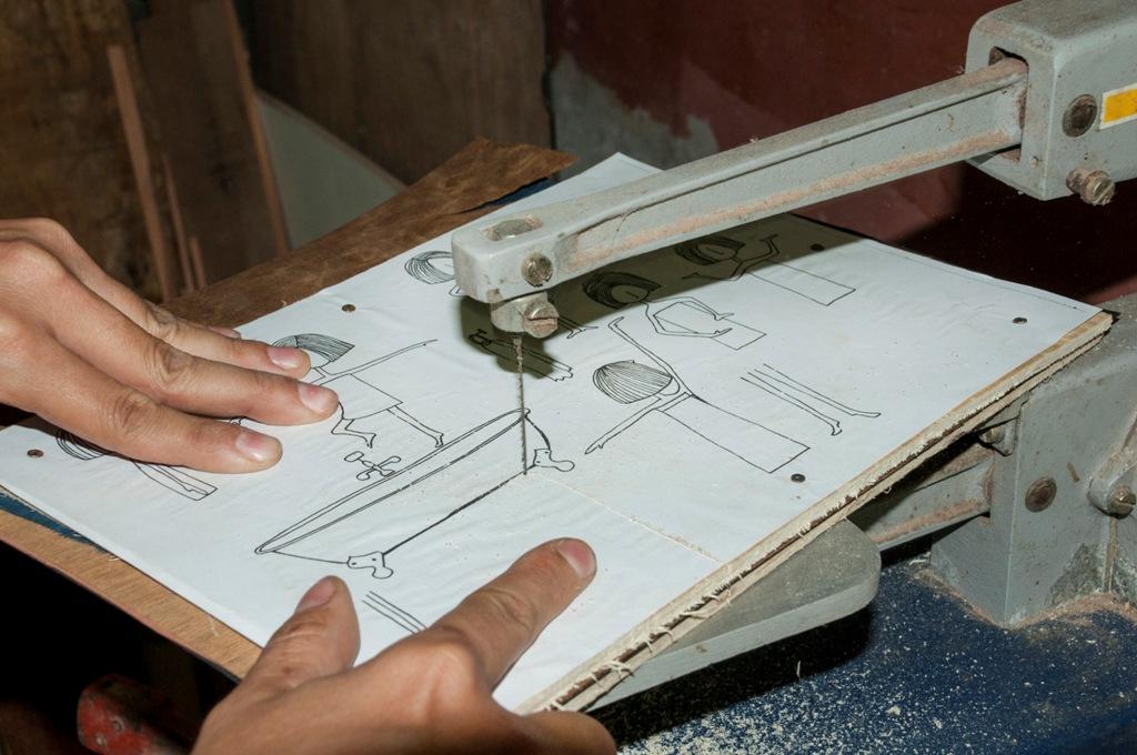 4. Os desenhos são cortados na serra tico-tico.  E destacados cuidadosamente de cada lâmina.
