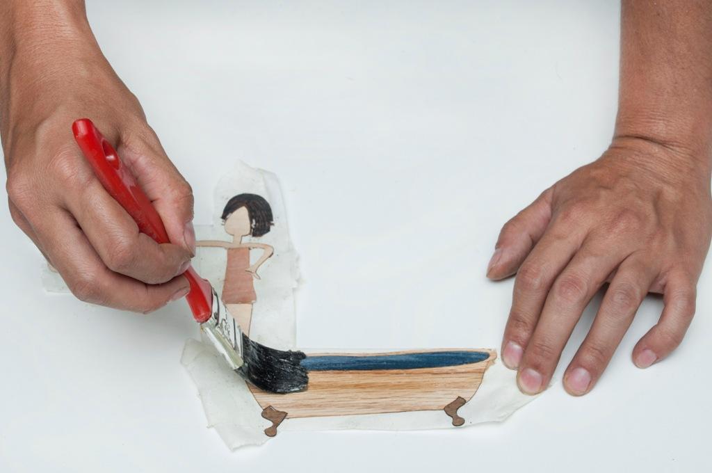 11.    Passa-se cola de sapateiro no molde de madeira e também nas lâminas.