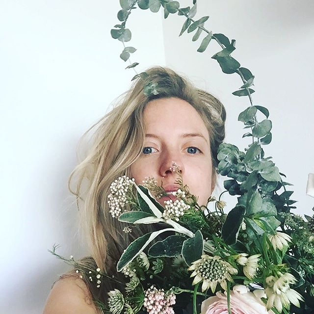 So I've taken to dabbling with the ol' floristry... As a stylist you often have to do a bit of 'arranging' 💐 so I've been practicing with these flowers. I make the hand tied bouquets... remaking and remaking it... even tho it's now dead. TBH I think I prefer it in it's dead state! 💀 🌷