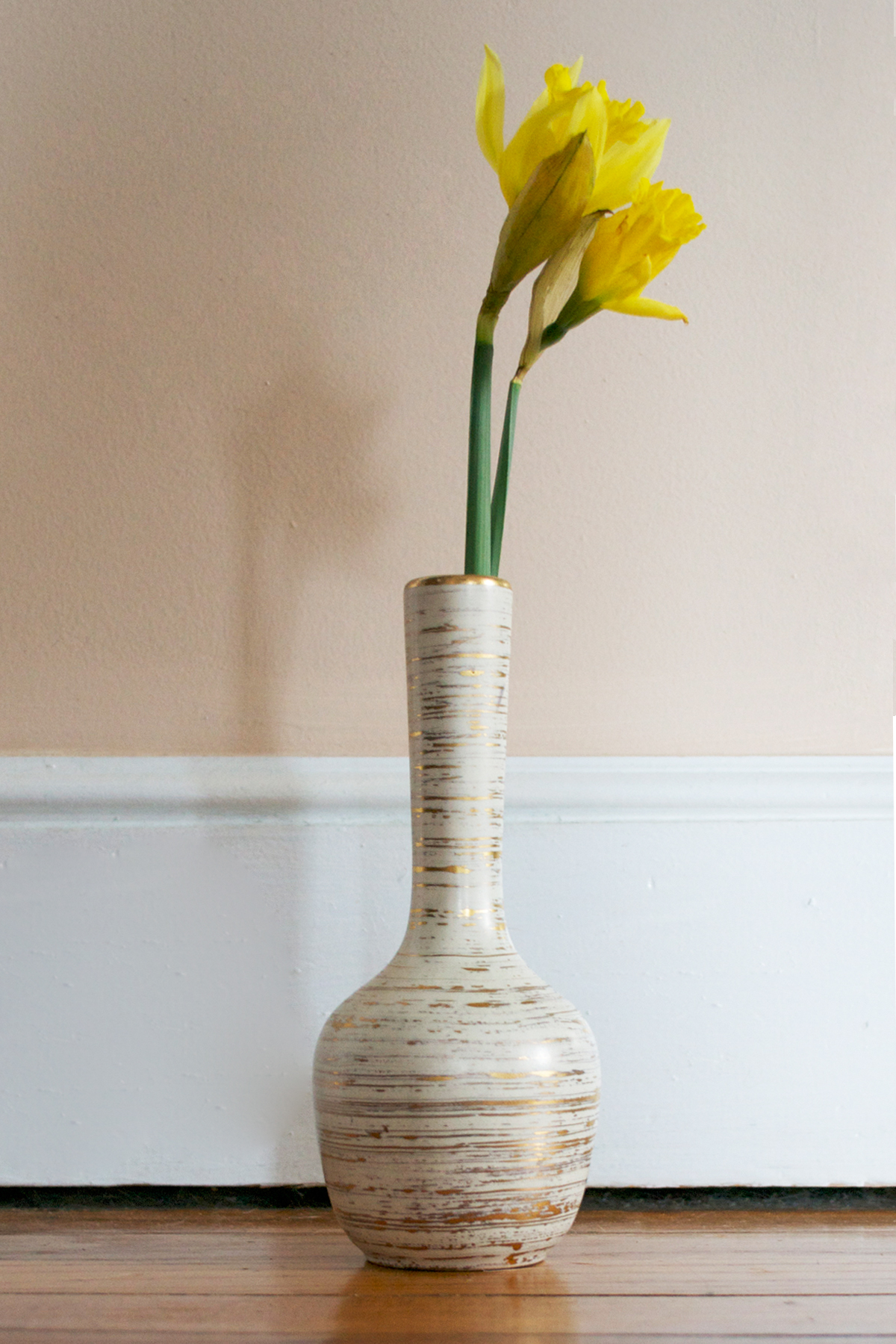 Here's the vase, I need to take a photo of the bowl, I'll update! Flowers via Trader Joe's!