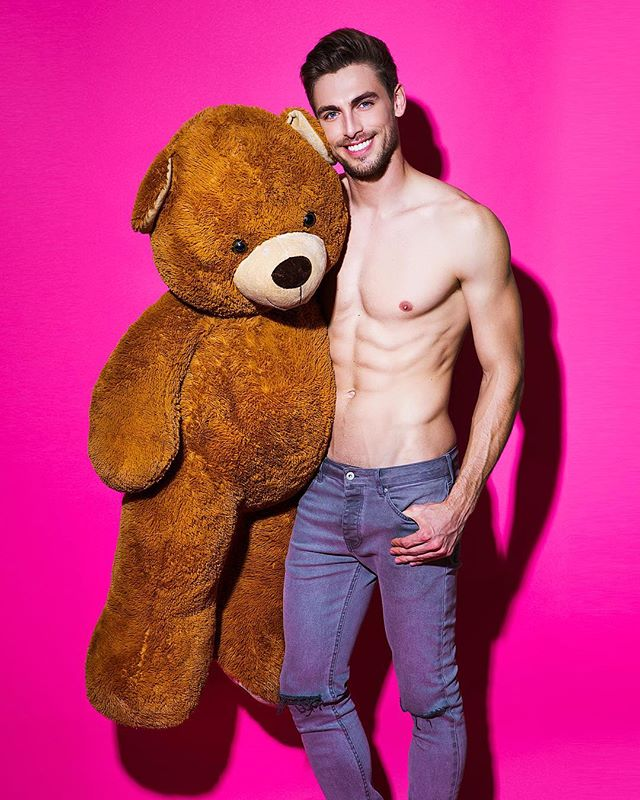 throwback to that time @dimagornovskyi bought me a giant stuffed 🐻 and delivered it shirtless, he's so sweet 💕