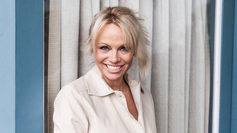 Eine Strandikone für Europa: Pamela Anderson, 52, unterstützt DiEM25, die Partei des griechischen Ex-Finanzministers Yanis Varoufakis. © Emily Berl/The New York Times/Redux/laif