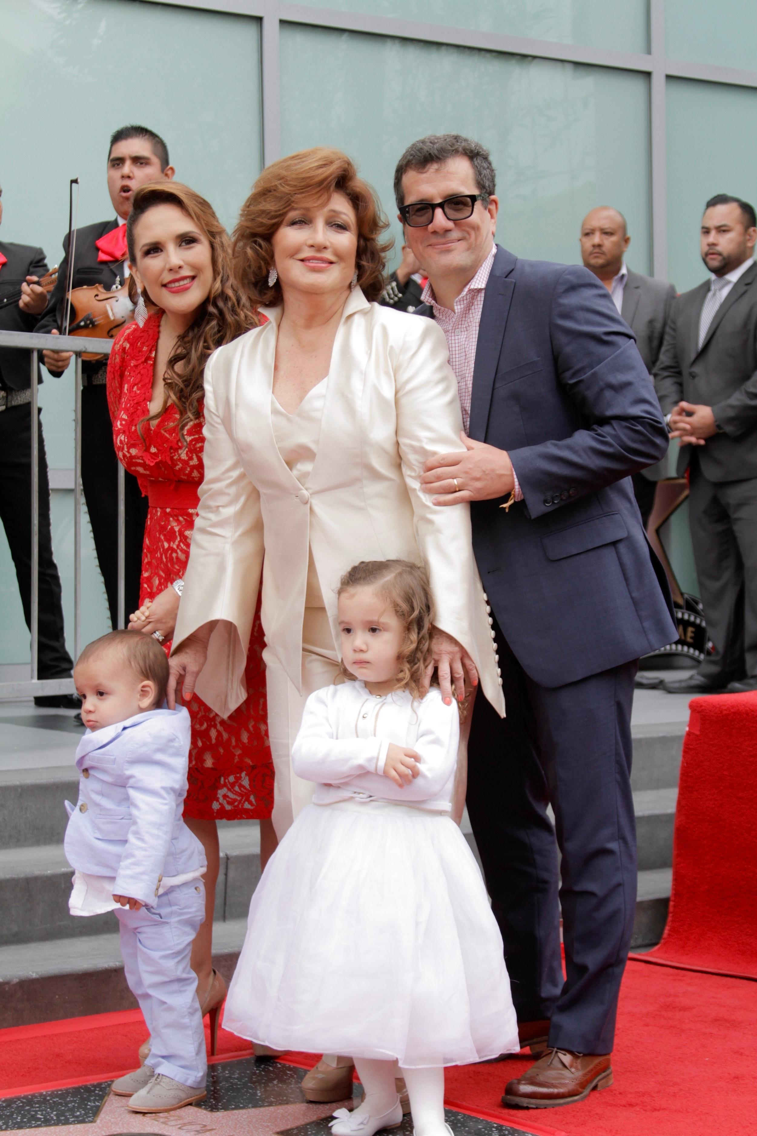 Angelica Maria y familia JOSE.jpg