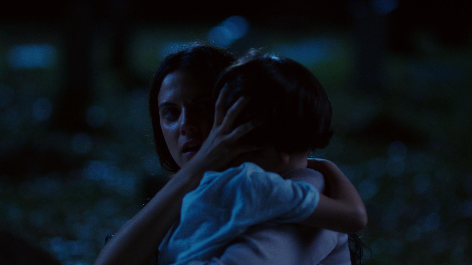 Ana abrazando a su hijo © Foto cortesía de Tulip Pictures.jpg
