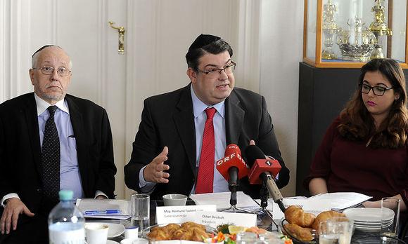 From left to right: IKG-Secretary General Raimund Fastenbauer, IKG-President Oskar Deutsch and Amber Weinber (Forum against Antisemitism)/ picture: APA/HERBERT PFARRHOFER
