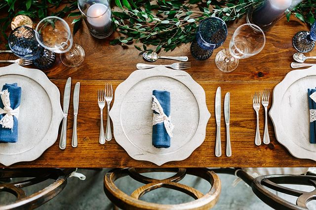 Rustic table setup at our favorite barn 🍽🌿 . . . #vineyardwedding #barn #barnwedding #nostranovineyards #hudsonvalley #wedding #nature #rustic #rusticwedding #hudsonvalleyweddingphotographer #hudsonvalleywedding #vineyardwedding #rusticweddingdecor #bohoweddings #flatlaystyle #creativewedding #weddingtheme #stylemepretty #rusticdecor #rusticdecoration #weddingflorals #flatlayphotography #greenerywedding #weddingtime #tablescape #weddingreception #weddingreceptionideas #weddingtables #wedding