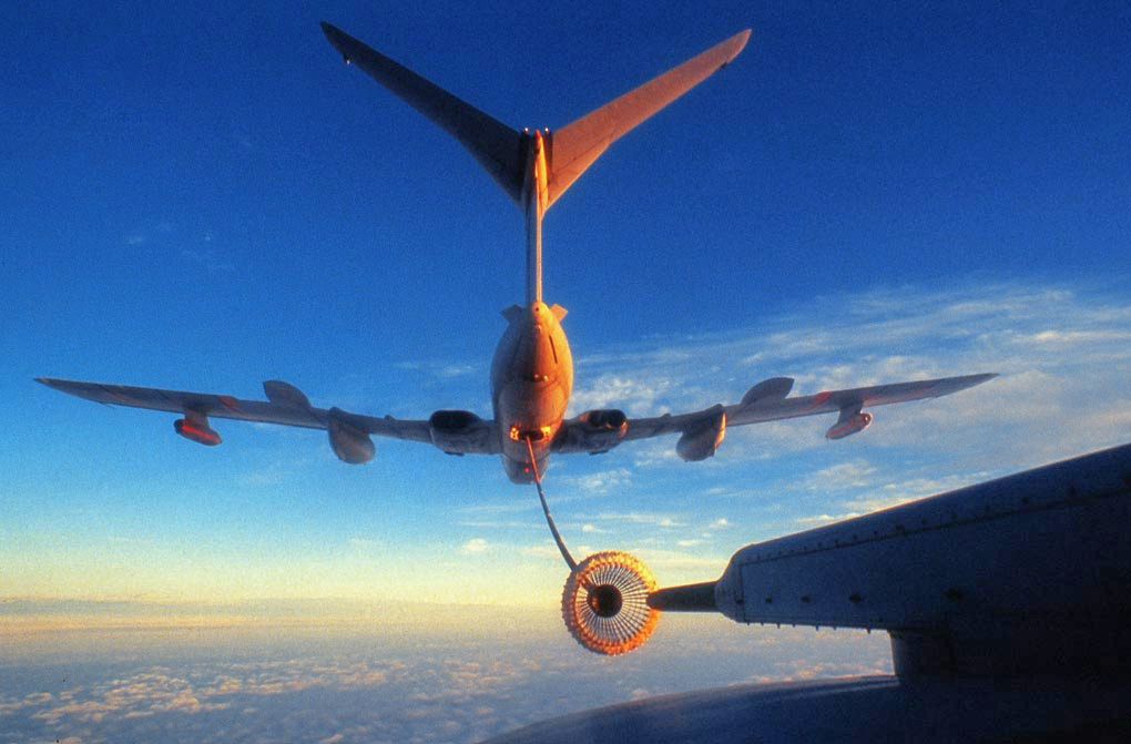 A Handley Page Victor tanker refuelling a C130 Hercules