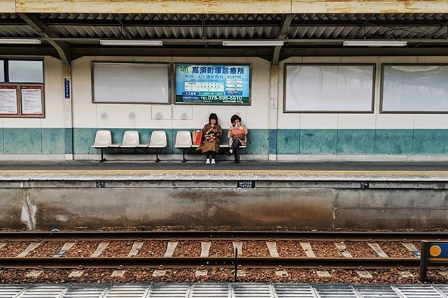 プラットフォーム (platform) | saw these two across while my train was approaching and had a few seconds to get the picture #kyoto #teampixel