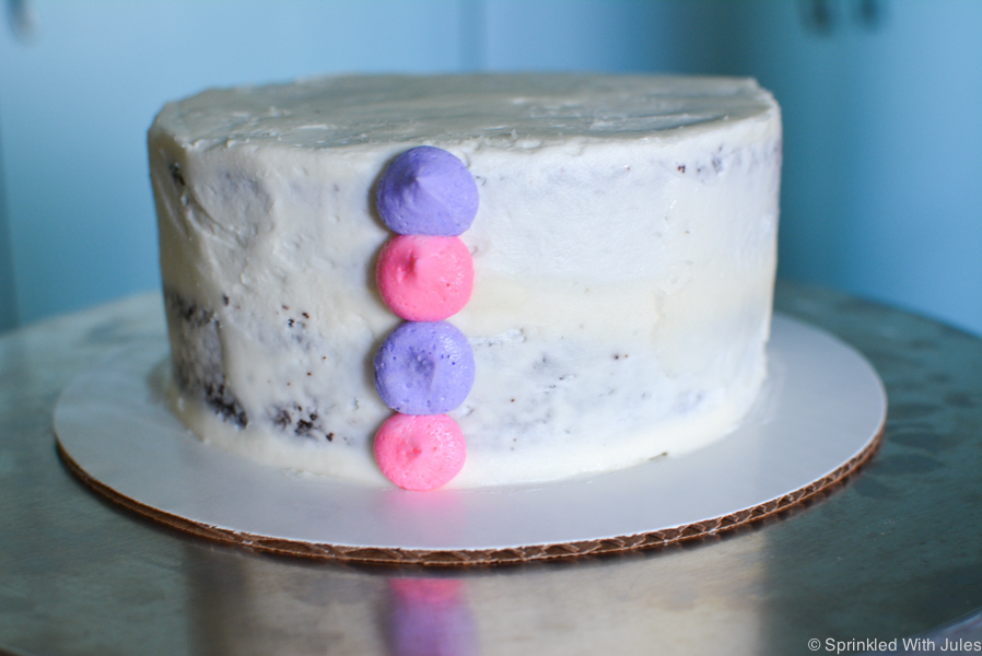 Great tutorial for making this scalloped frosting design. It looks so easy!