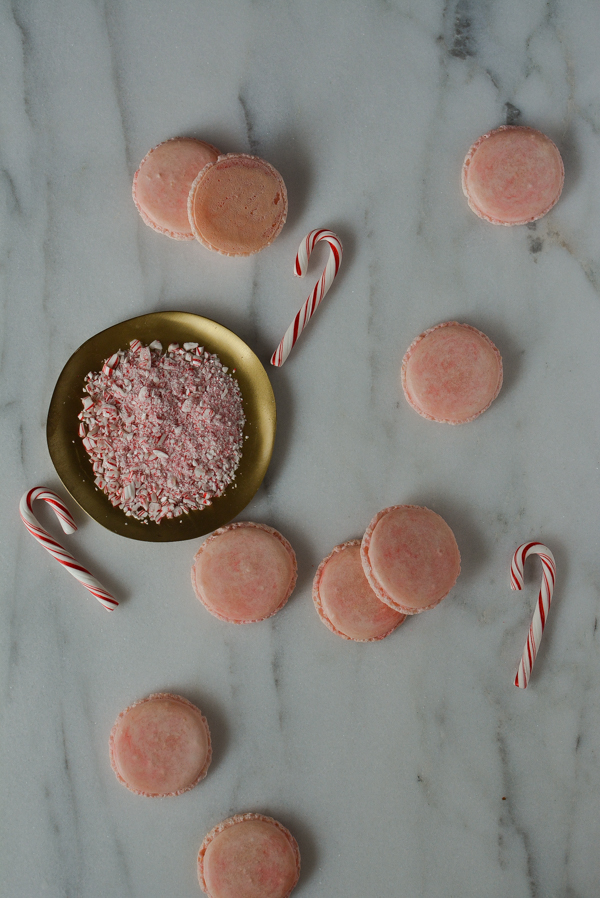 peppermint white chocolate macarons/ sprinkledwithjules.com