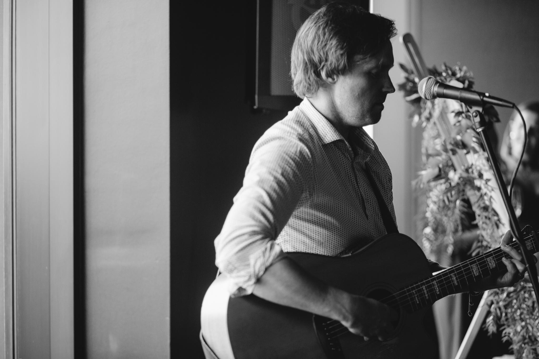 Acoustic Guitarist Tom Kline Gray Puksand Party 2016