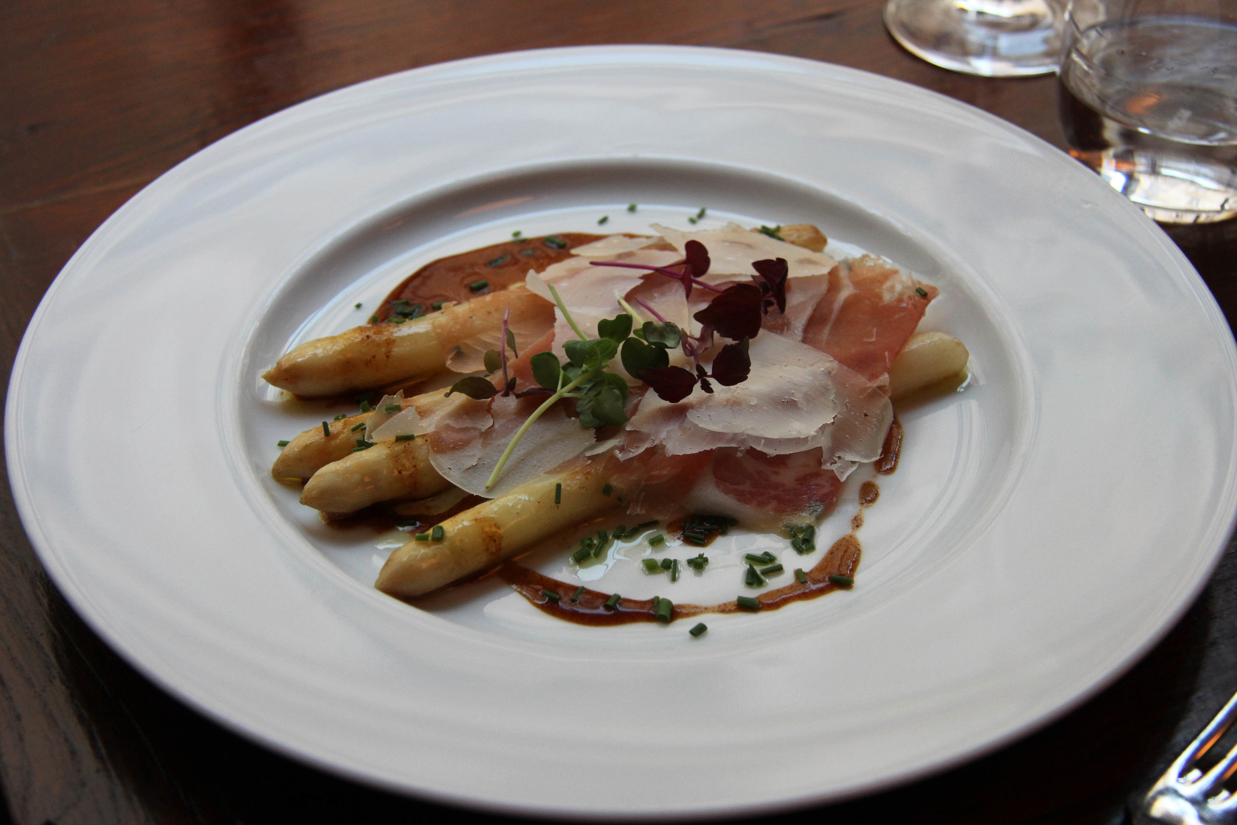Asperges blanches rôties, jambon Serrano & vieux parmesan