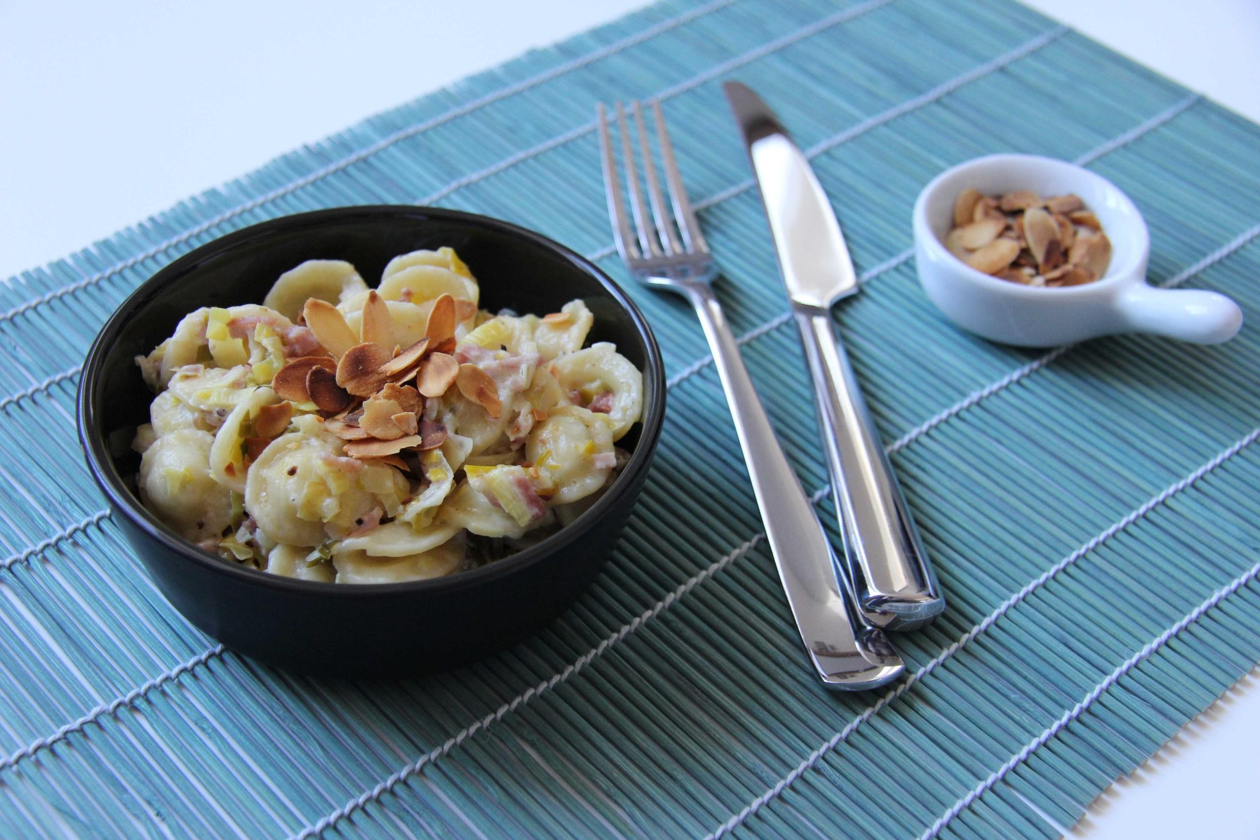Orecchiettes fondue de poireaux jambon et amandes effilees - The Flying Flour