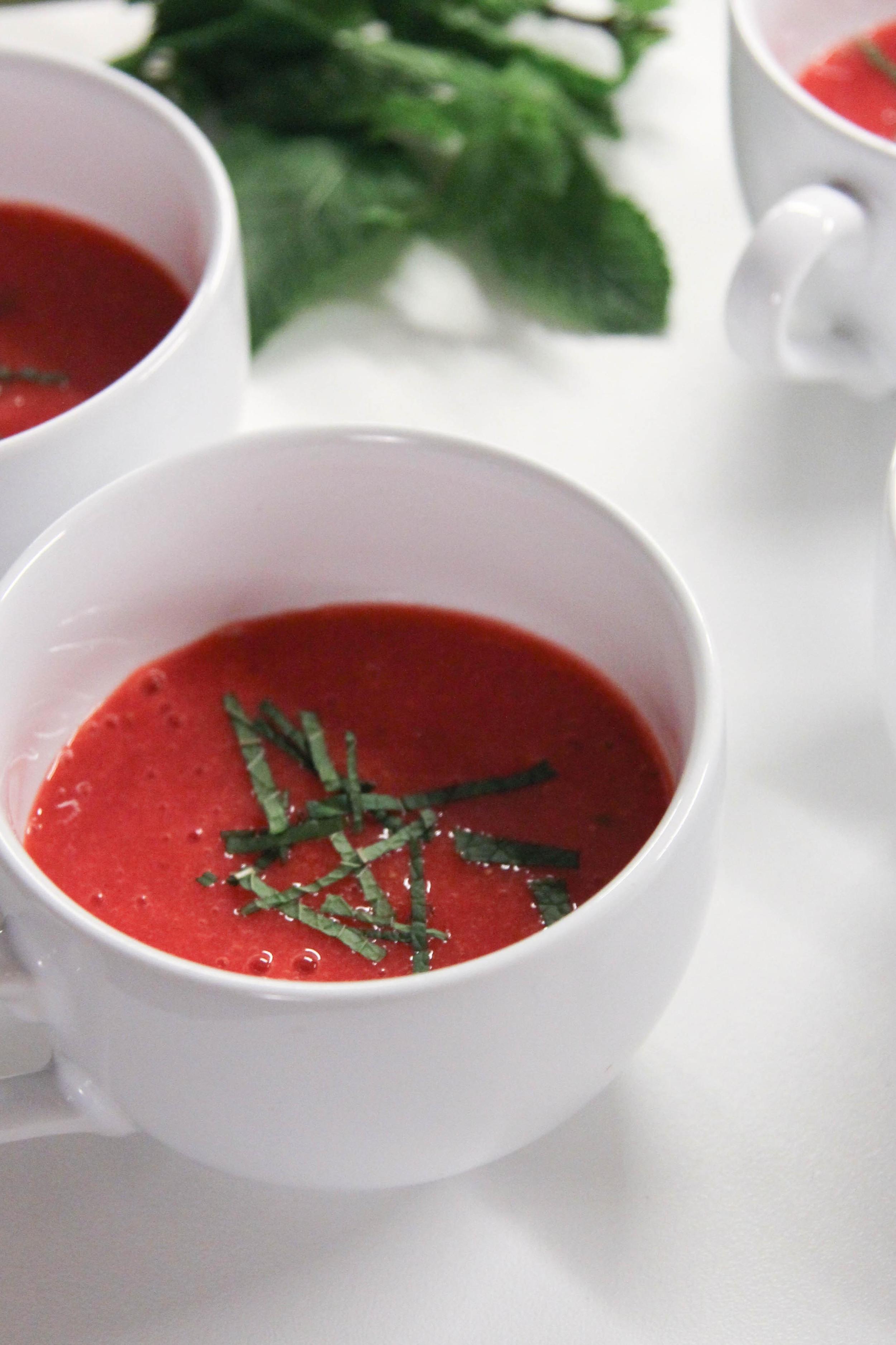 Soupe de fraises à la menthe - www.theflyingflour.com