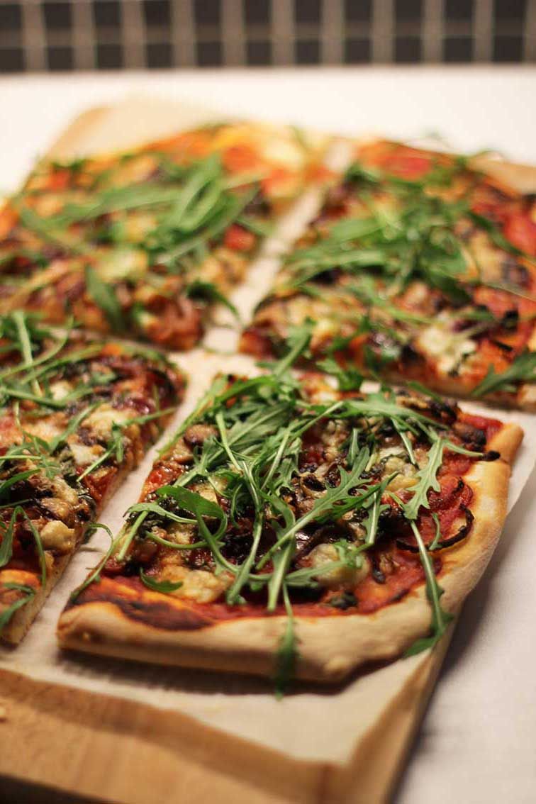 Pizza Maison (oignons rouges caramélisés, champignons, jambon, mozza, thym) | www.theflyingflour.com