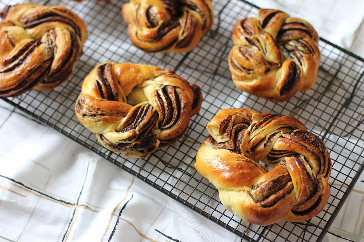 Couronnes de brioches tressées au chocolat |  www.theflyingflour.com