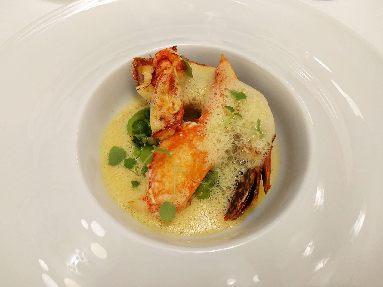 Le homard breton rôti, petits pois, fleur d'oranger, agastache