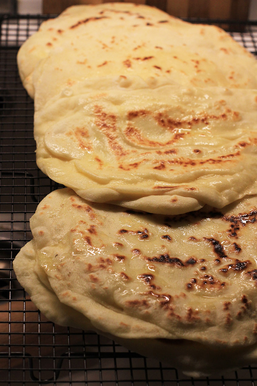 Naan au fromage | www.theflyingflour.com