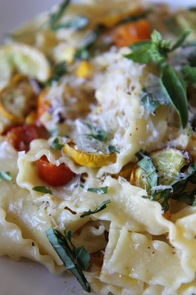Pâtes aux courgettes rôties, tomates cerises et basilic   www.theflyingflour.com