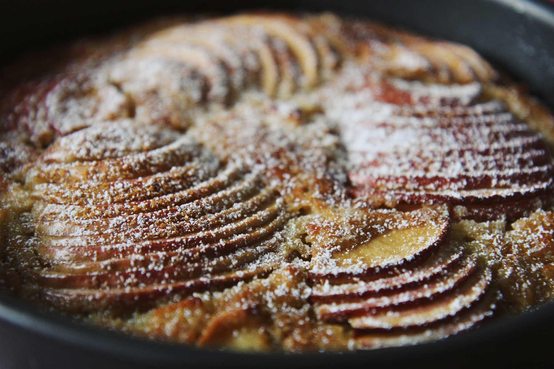 Gâteau pommes cognac cardamome ©theflyingflour