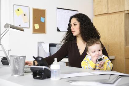 cuidado-de-un-bebe-y-trabajo-desde-casa_cthdf.jpg