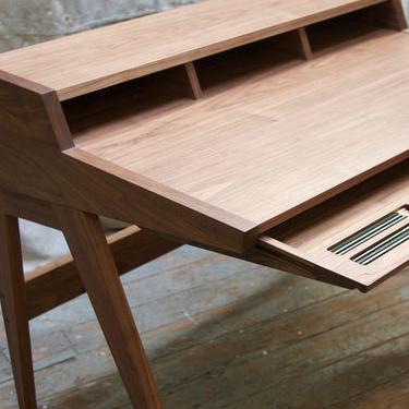 This desk, please.
