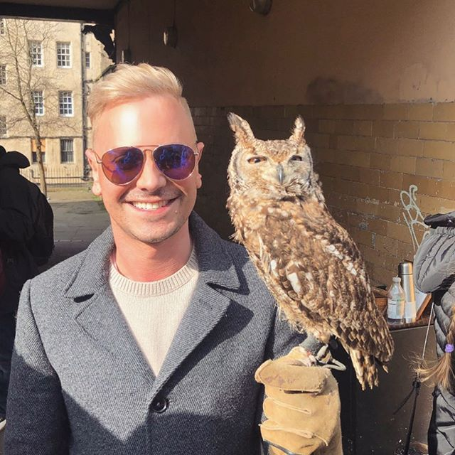 Hi guys! 🙋🏼‍♂️ This is Oscar. 🦉 He's a 1 year old owl and was just amazing. I couldn't resist the chance to hold him!! Such a beautiful creature 💌 After this pic he turned and looked me right in the eyes 👀 I was more nervous about him than he was of me! Super fun surprise for our first day in #Edinburgh!! This city is amazing!! 🙌🏼🏴󠁧󠁢󠁳󠁣󠁴󠁿🤗 Photo cred 📸 by my handsome future husband @mnevhawaii 👬 xoxo #selfie #owlselfie #unitedkingdom #gayboy #gaycouple #travel #instagood #instalike #follow
