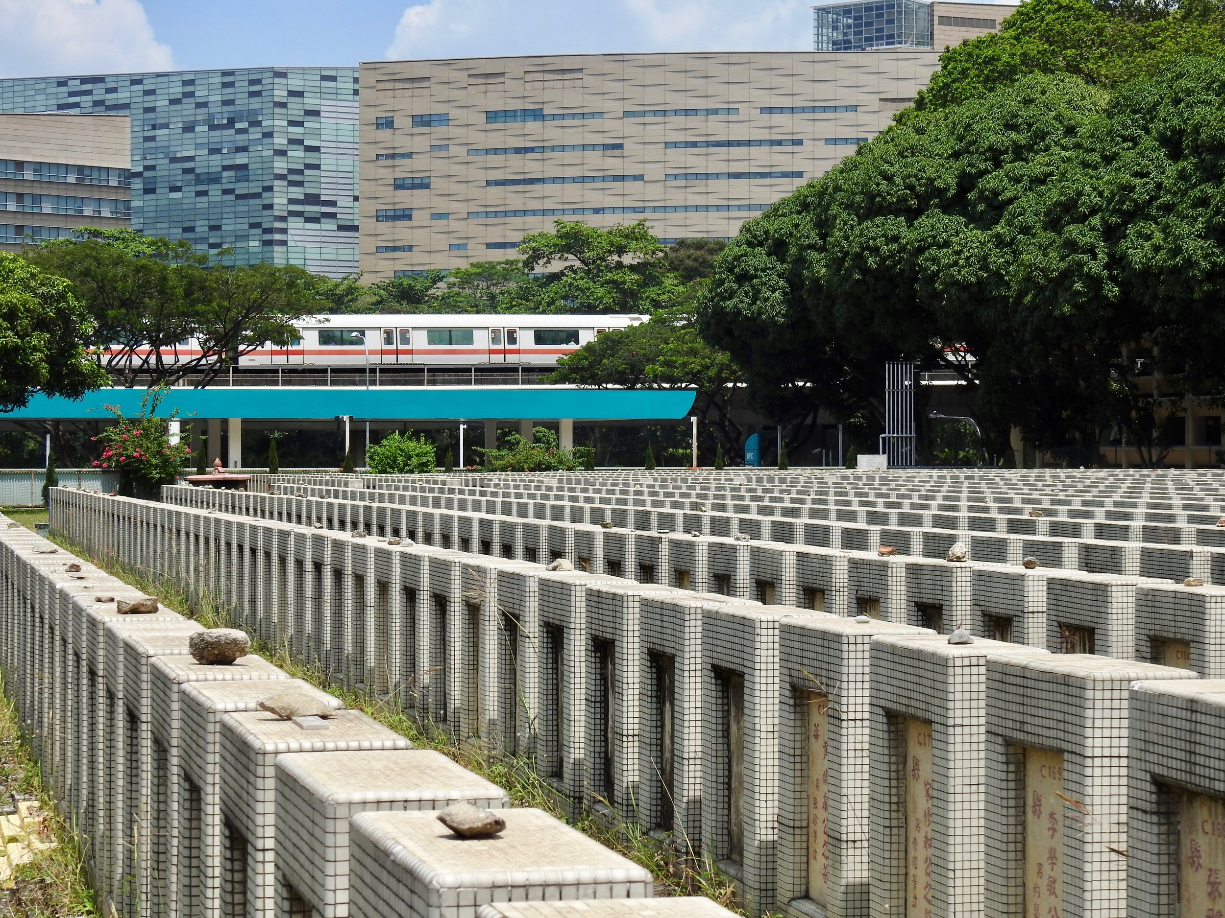 Cemetery in Singapore. While the birth rate declined 4 percent, the number of deaths rose by 4 percent. (C) Photo: Remko Tanis