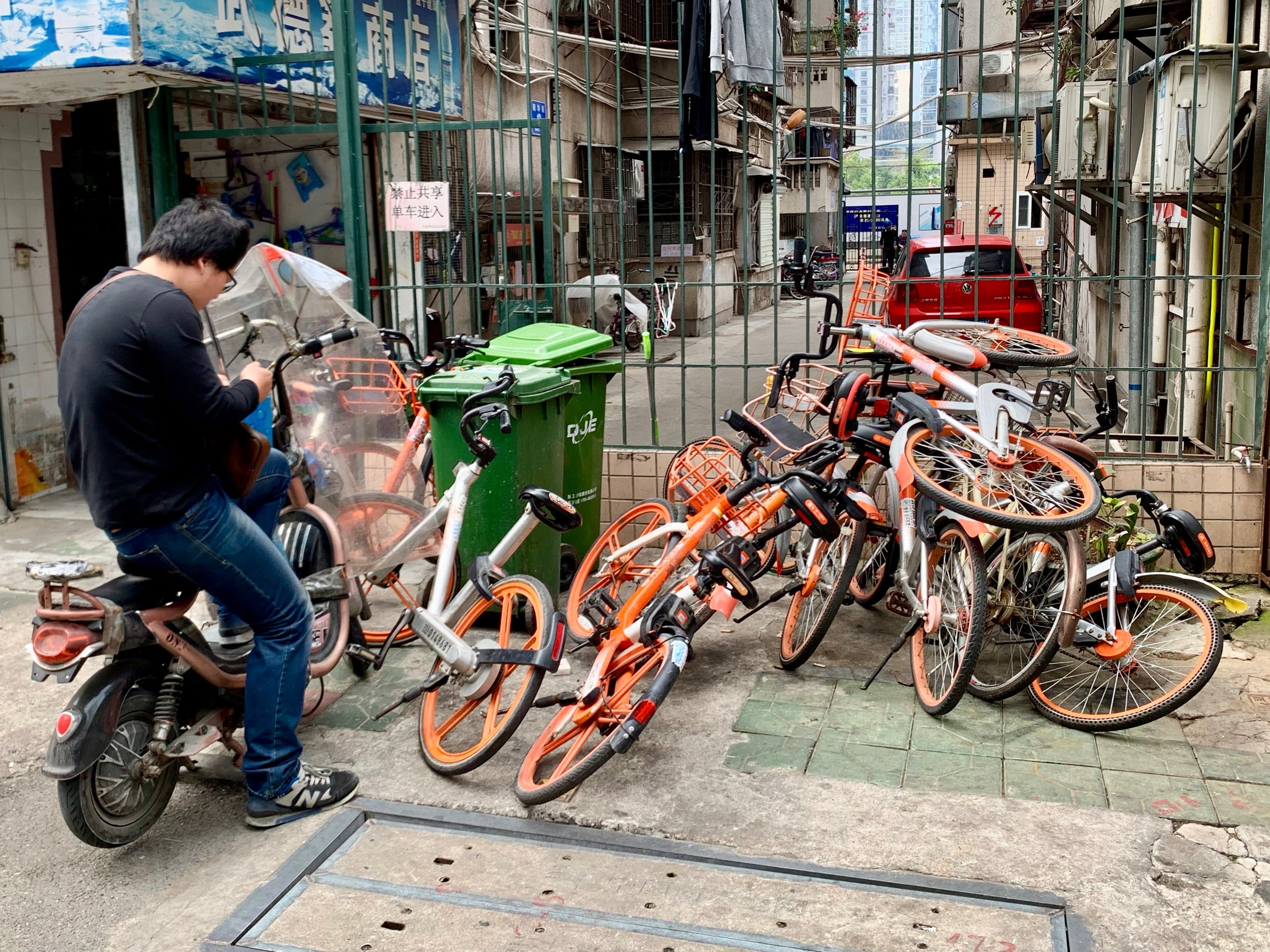 Mobikes in downtown Shenzhen, China. Photo: (C) Remko Tanis