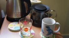 17:浪费观众时间的茶壶和杯子(从家里带来的) Teapot and cup for wasting time (they are brought from my home to enable the audience to see less art and feel more homely)