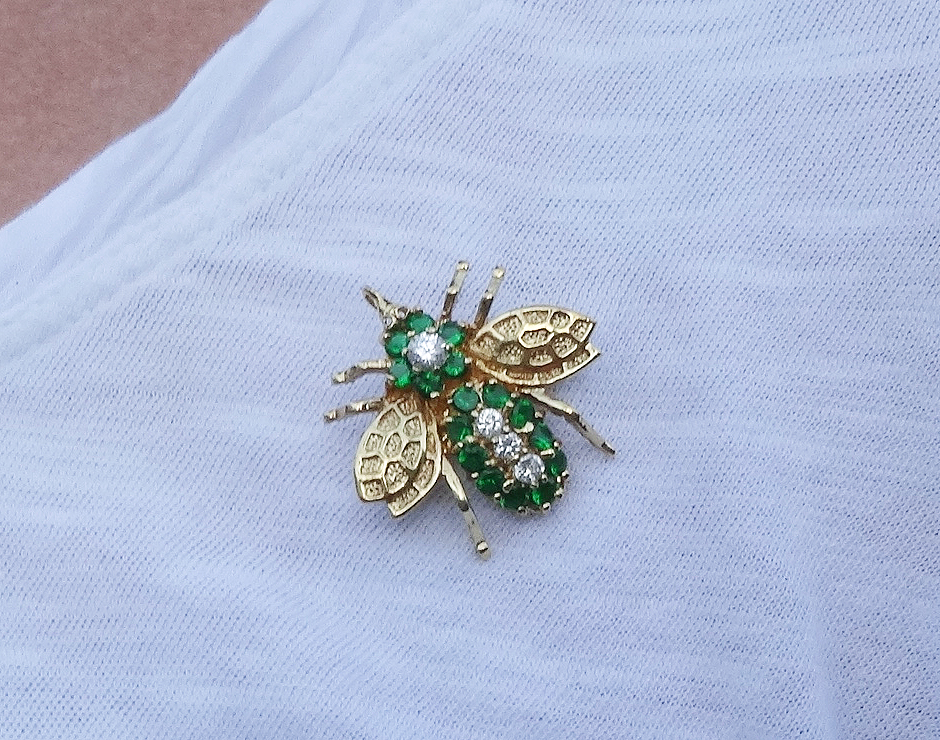 Sweet gold bee pin