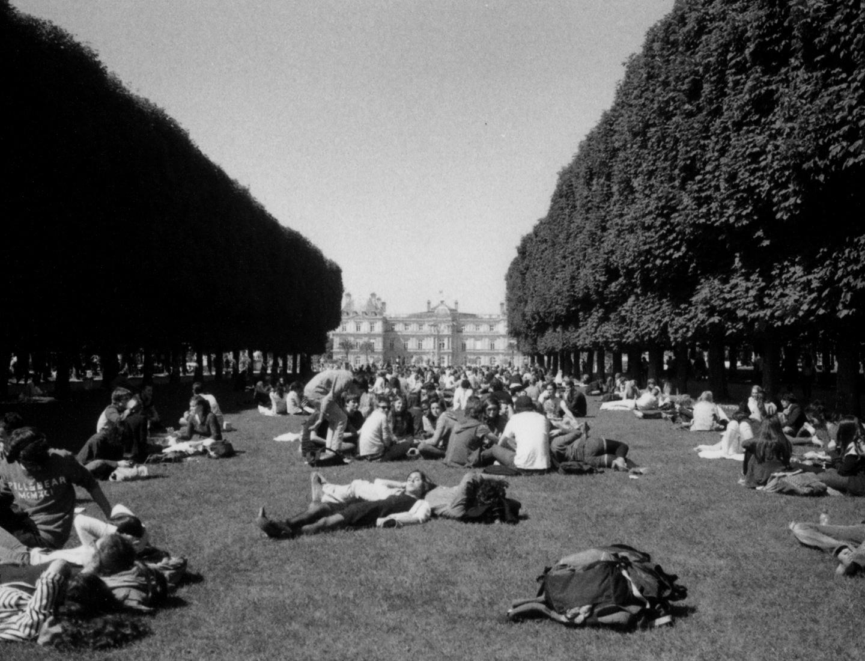 Seul Parmi Tous (35MM B/W photo, Le Jardin du Luxembourg, 2013)